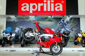 abba Sky Lift fitted to Aprilia RSV4 (Stoppie position)