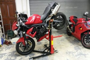 Triumph Street Triple on abba Sky Lift - stopie position